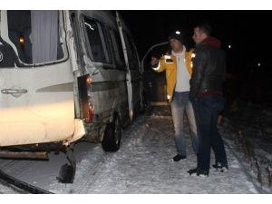 Yolcu Minibüsü Yön Tabelasına Çarptı: 2 Yaralı