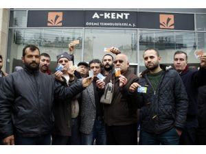 İptal Edilen Ulaşım Kartlarındaki Paralarını Alamayan Vatandaşlar Firma Önünde Eylem Yaptı