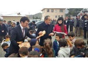 Başkan Özdemir, Öğrencilere Karne Ve Hediye Dağıttı