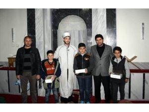 Başkan Acar'dan Tüm Vakit Namazlarını Camide Eda Eden Öğrencilere Tablet