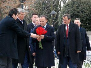 Bekir Bozdağ, Dikilitaş'a Karanfil Bıraktı