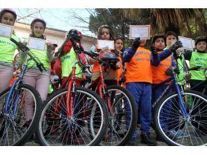 Takdir Belgelerini Kapanan Bisiklet Kulübüne Hediye Ettiler