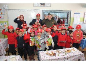 Yozgat İl Jandarma Komutanı Albay Selçuk Yıldırım Öğrencilere Karne Dağıttı
