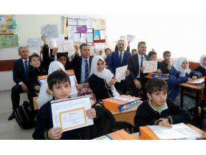 Suriyeli Öğrenciler Karnelerini Valinin Elinden Aldı
