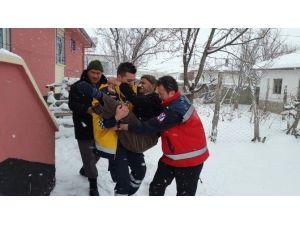 112 Ekipleri Yoğun Kar'da Hastaları Kucaklarında Taşıdı