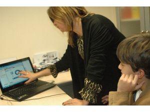 Doğuştan İşitme Engelli Çocuk Şimdi Piyano Ustası