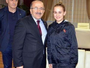 Gümrükçüoğlu Şampiyon Bayan Boksörleri Ödüllendirdi
