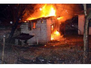 Evin Önündeki Baraka Yandı
