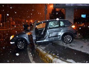Kaza Yapan Otomobil, Orta Refüje Çıktı