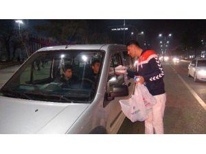 Barış Aktivisti İç Savaşlara Dikkat Çekmek İçin Sürücülere Çiğköfte Dağıttı