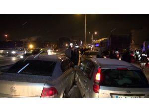 Buzlanan Yolda 17 Araç Birbirine Girdi: 5 Yaralı