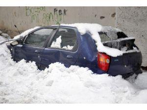 Çatıdan Düşen Kar Kütlesi Arabayı Hurdaya Çevirdi