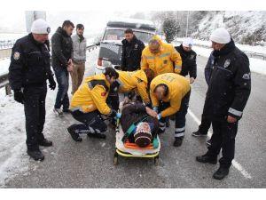 Buzda Kayan Dolmuş Kaza Yaptı: 1'i Polis 5 Yaralı