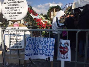 Sevenlerinden Mustafa Koç pankartı: Güle güle mavi gözlü, güler yüzlü patron