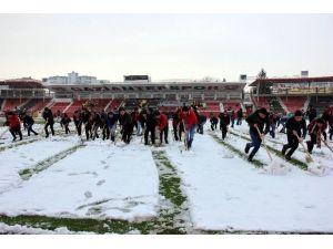 Kamil Ocak Stadı'nda Taraftarlar Sahayı Temizledi