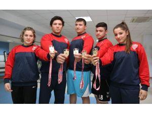 Kepez'in Bayan Güreşçileri Erkeklere Taş Çıkartıyor