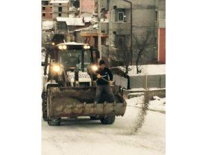 Beyşehir'de Buzlanmaya Karşı Yollar Tuzlanıyor