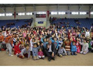 Miniklere Karne Hediyeleri Gaziemir Belediyesi'nden