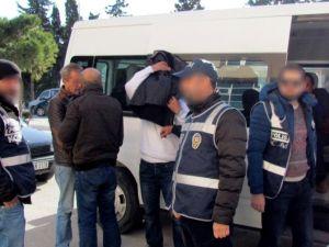 İzmir'de İnsan Kaçakçılarına Operasyon