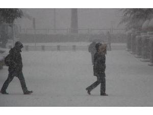 Karda Yürürken Eller Cepte Olmamalı