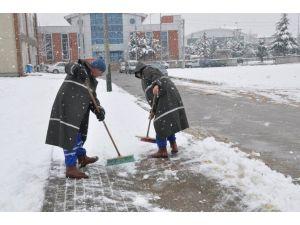 Kartepe'de Kar Küreme Çalışmaları Sürüyor