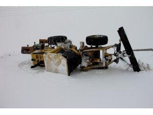 Karla Mücadele Çalışması Yürüten İş Makinesi Devrildi