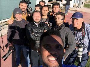ETO'o'dan Gazetecilerle Selfıe