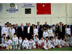 Malatya Büyükşehir Belediyesi'nden Amatör Spor Kulüplerine Malzeme Yardımı