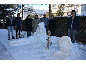 Polis Memurunun Yaptığı Kardan Heykeller Gerçeğini Aratmıyor