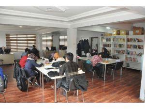 Dilovası'nda Öğrenciler Tatili Kitap Okuyarak Geçiriyor