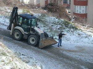 Bilecik Belediyesi Buzlanan Yollarda Tuzlama Çalışması Yaptı