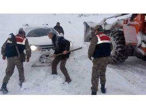 Yoğun Kar Yağışı Nedeniyle 6 Saat Mahsur Kaldılar
