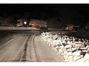 Buz tutan yolda, TIR'lar yolda kaldı
