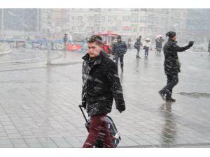 Taksim'de kar etkili oluyor