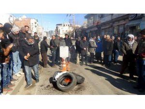 Siverek'te Elektrik Kesintisine Sinirlenen Esnaf Lastik Yakıp Yol Kapattı