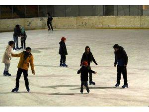 Öğrenciler Başarılarını Buzda Kutladılar