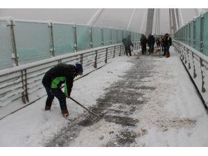 Büyükşehir, Yaya Köprülerinde Ve Kaldırımlarda Kar Temizliği Yapıyor