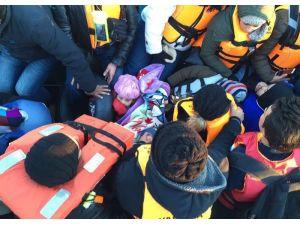 Lastik bottaki mültecileri Sahil Güvenlik kurtardı