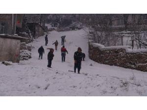 Kar yağışı çocuklara yaradı