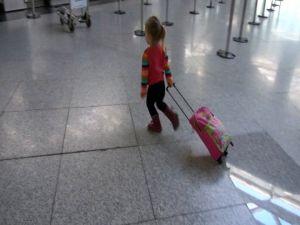 Valizini hoplaya zıplaya çeken minik yolcu