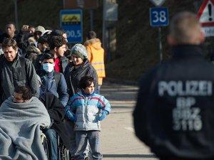 Almanya'da sığınmacılara kılıç ve sopalarla saldırdılar