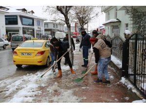 Serdivan Belediyesi Ekipleri Kaldırım Ve Yol Kenarlarını Kar Ve Buzdan Temizliyor