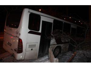 Buzlu Yolda Kayan Otobüs, Bahçe Duvarına Çarptı