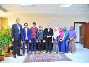 Endonezyalı Öğrencilerden Rektör Elmas'a Ziyaret