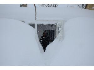 Bitlis'te kar 2 buçuk metreyi buldu, hayat durdu