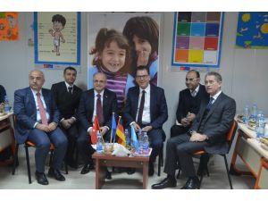 Alman Bakan Mersin'de geçici eğitim merkezini ziyaret etti