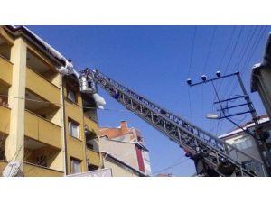 Çaycuma İtfaiye Ekipleri Tehlike Oluşturan Çatıları Temizledi