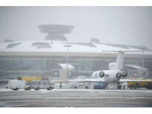 Moskova'da yoğun kar yağışı yüzünden onlarca uçuş iptal edildi