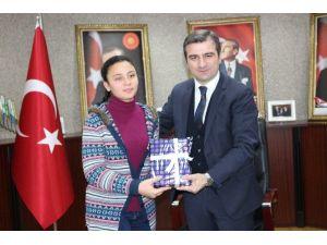 TEOG Türkiye Birincisine Başkan Yemenici Tarafından Tablet Hediye Edildi
