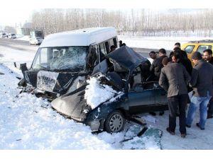 Van'da Otomobille Minibüs Çarpıştı: 1 Ölü, 1 Yaralı